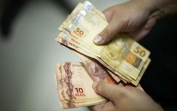 Bolsonaro arrocha valor do salário mínimo para 2020, criticam petistas