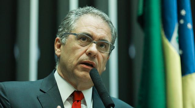 Crise só acaba se governo mudar política de preço dos combustíveis, diz Zarattini