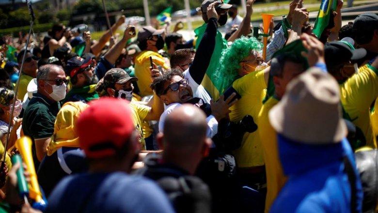 Bolsonaro volta a atacar instituições do País, desprezando a vida