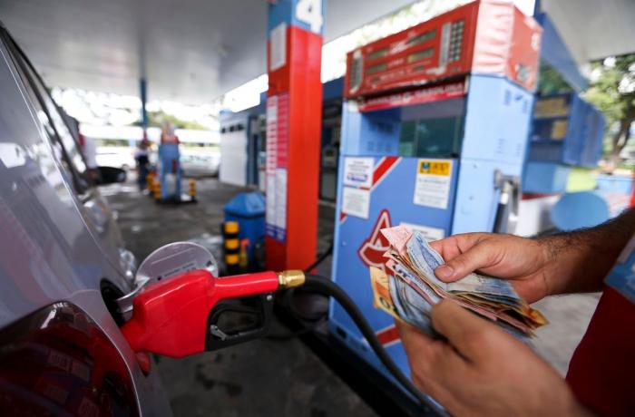 Alta da gasolina força motoristas de aplicativos a abandonarem atividade