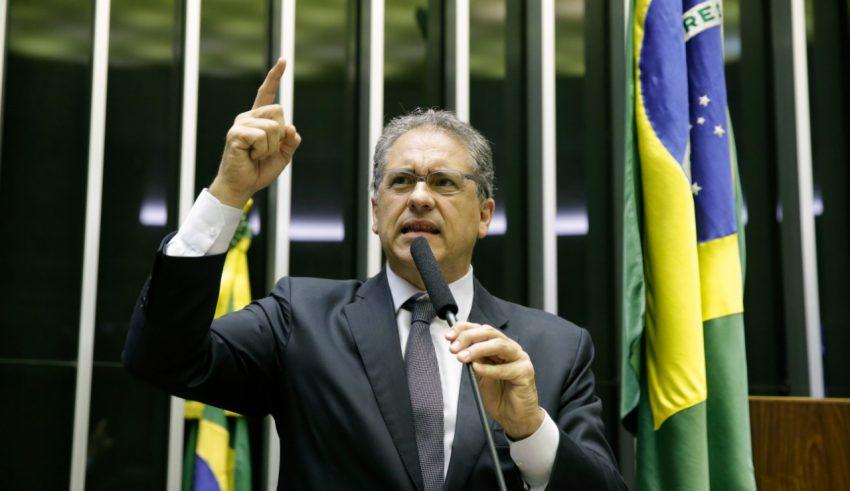 """A incompetência de Bolsonaro leva Brasil ao fundo do poço"", denuncia Zarattini"