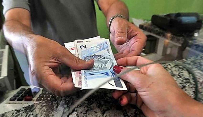 Trabalhadores perdem renda e endividamento da população bate recorde no governo Bolsonaro