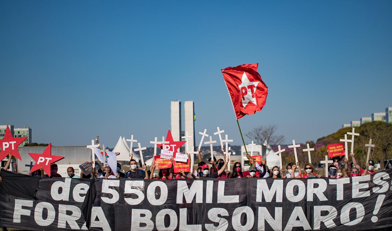 Atos por Fora Bolsonaro tomam conta do Brasil e parlamentares do PT vão às ruas apoiar as manifestações