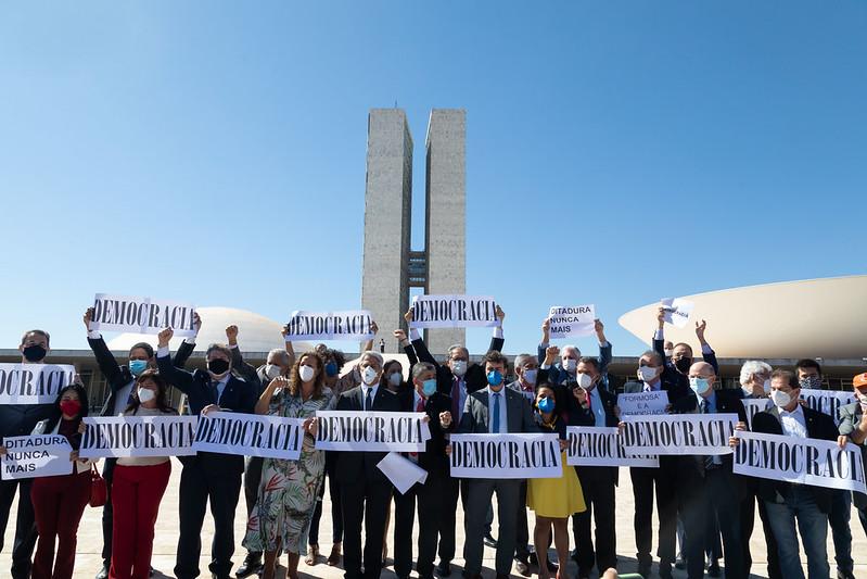 Oposição critica desfile militar fora de época de Bolsonaro e reafirma compromisso na derrubada do voto impresso