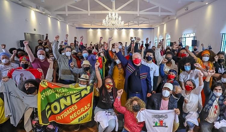 """Lula com movimentos de periferia: """"Recuperar o que fizemos e fazer muito mais"""""""