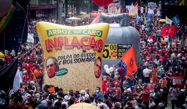 Milhares de pessoas protestam em São Paulo contra inflação e defendem impeachment já de Bolsonaro